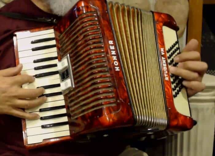 how to play accordion