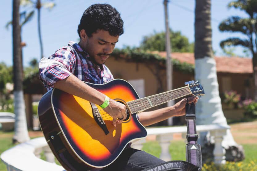 Best Acoustic Guitar Bundles (with Accessories) [Reviews]
