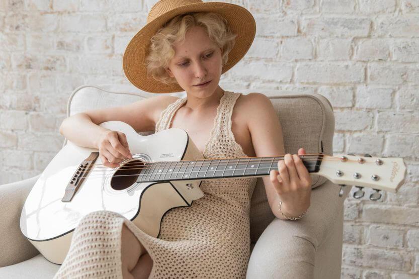 Best Acoustic Guitar Kits – Accessory Bundles [Reviews]